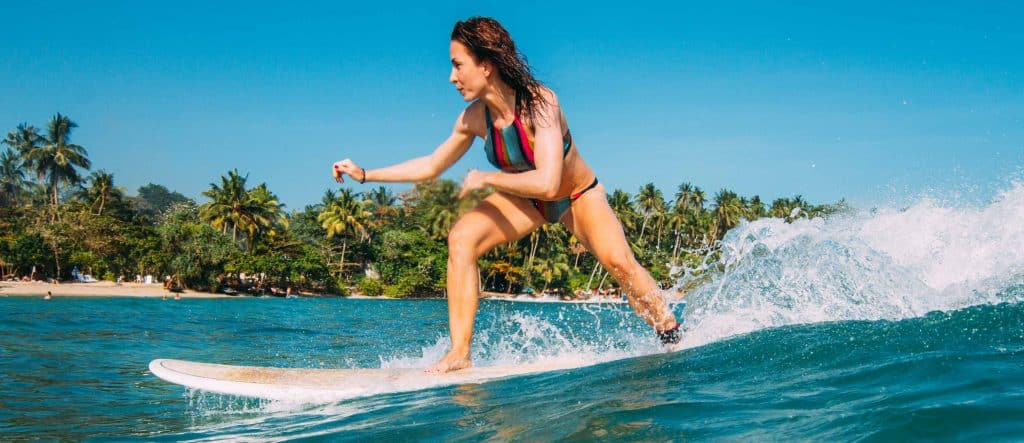 How to stand up on the surfboard